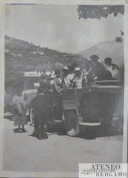 1922-05-gita in automobile.jpg